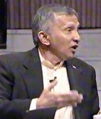 Amien Rais. Ada yang mengatakan tampang Pak Amien mirip George Walker Bush. (Gambar diambil dalam kesempatan peluncuran bukunya, Selamatkan Indonesia, di Senayan, 13-5-2008.