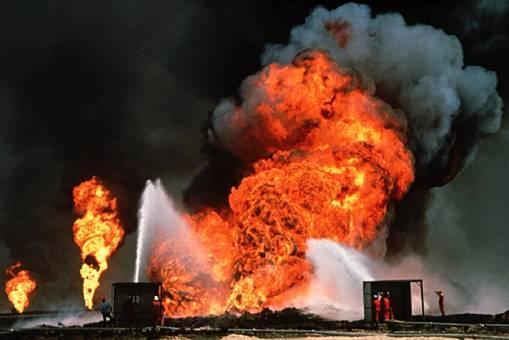 Konon, di tahun 1991, ratusan kilang minyak Kuwait diledakkan tentara Saddam ketika mereka dipaksa mundur oleh pasukan AS dan sekutu-sekutunya.