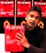 Erwin Armada, sang pemimpin redaksi, dengan majalah kebanggaannya.
