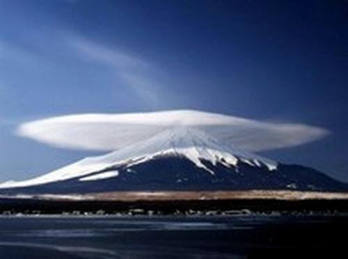 Allah yang mampu 'memayungi' gunung dengan awan, apakah Ia tak mampu 'memayungi' manusia dengan wahyuNya? (Jawabannya ada pada hati manusia!).