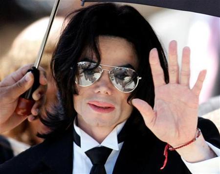 Michael Jackson, -melambai kepada suppoter ketika meninggalkan Santa Barbara County Courthouse California 13 Juni 2005.