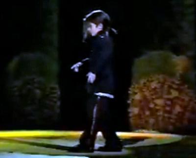Omer Bhatti kecil, di sebuah pentas. Menari dengan gaya MJ.