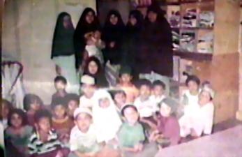 Murid-murid SD (berdiri) dan TK (duduk). Yang berdiri paling kiri belakangan menjadi istri NMT, dan yang menggendong anak belakangan menjadi istri Abu Wildan.