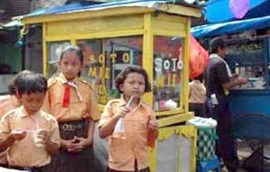 Mereka diracuni makanan tidak sehat setiap hari. (Gb dari BeritaJakarta.com).