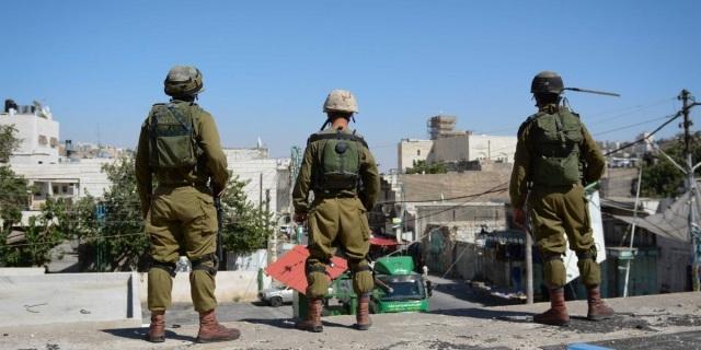 Israel - Serdadu IDF mengawasi sebuah perumah